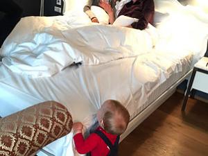 Papa im Bett mit einer anderen